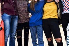 Primo piano delle gambe del gruppo della scuola degli amici di stile di vita all'aperto Fotografia Stock Libera da Diritti