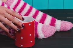 Primo piano delle gambe femminili in calzini caldi colorati luminosi Immagine Stock