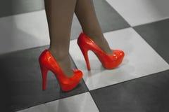 Primo piano delle gambe femminili in scarpe rosse Immagini Stock Libere da Diritti