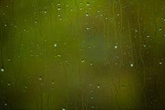 Primo piano delle gocce di acqua su vetro come fondo Immagine Stock