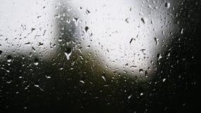 Primo piano delle goccioline di acqua su vetro Gocce di pioggia sul vetro di finestra con il fondo della sfuocatura Albero e ciel video d archivio