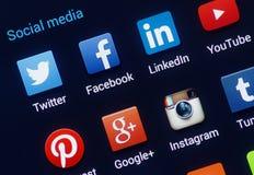 Primo piano delle icone sociali di media sullo schermo dello smartphone di androide. Immagini Stock
