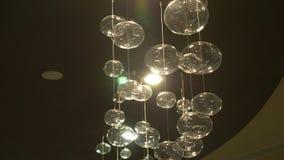 Primo piano delle lampade Fondo moderno di cristallo del dettaglio del candeliere Lampade a sospensione sotto forma di bolle con  stock footage
