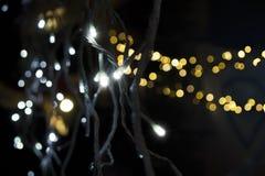 Primo piano delle luci di Natale felice in tutti i colori Fotografia Stock