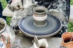 Primo piano delle mani che fanno terraglie dall'argilla su una ruota. Fotografie Stock Libere da Diritti