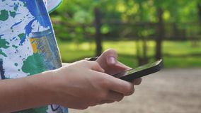 Primo piano delle mani che scrivono gli sms a macchina sullo smartphone Navigazione in Internet nelle reti sociali Comunichi con  video d archivio