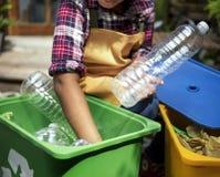 Primo piano delle mani che separano le bottiglie di plastica Fotografia Stock Libera da Diritti