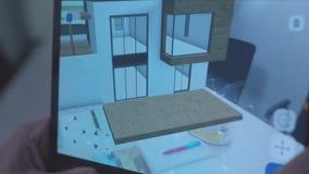 Primo piano delle mani che tengono compressa con interior design della stanza 3d azione Programmi di progettazione video d archivio