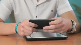 Primo piano delle mani degli uomini che tengono smartphone nero stock footage