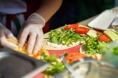 Primo piano delle mani del cuoco in guanti che preparano le fajite, tortiglia Alimento fresco sano Alimento nazionale di concetto Fotografia Stock Libera da Diritti