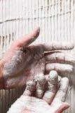 Primo piano delle mani del lavoratore in gesso bianco riparazione Fotografia Stock Libera da Diritti
