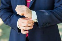 Primo piano delle mani del maschio di eleganza Fotografia Stock Libera da Diritti