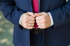 Primo piano delle mani del maschio di eleganza Fotografia Stock