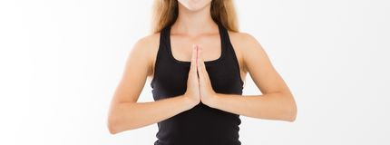 Primo piano delle mani della donna graziosa, ragazza in maglietta, meditante all'interno, fuoco su braccia nel gesto di Namaste M fotografia stock libera da diritti
