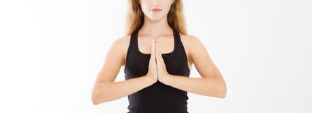 Primo piano delle mani della donna graziosa, ragazza in maglietta, meditante all'interno, fuoco su braccia nel gesto di Namaste M fotografie stock libere da diritti
