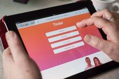 Primo piano delle mani della donna sul Home Page di datazione dell'esca del sito Web sulla compressa Immagini Stock