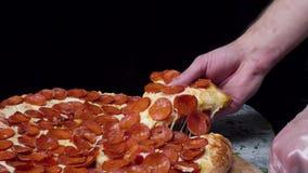 Primo piano delle mani della gente che prendono la pizza delle fette Pagina Prese che mangiano una fetta di pizza con formaggio,  video d archivio
