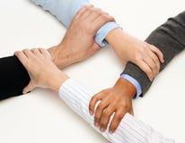 Primo piano delle mani delle persone di affari unite Immagine Stock