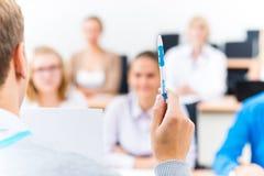 Primo piano delle mani di un insegnante con una penna Immagine Stock Libera da Diritti