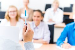Primo piano delle mani di un insegnante con una penna Immagine Stock