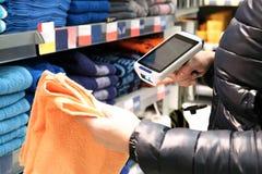 Primo piano delle mani delle donne che esplorano il codice a barre delle merci in un supermercato immagine stock libera da diritti