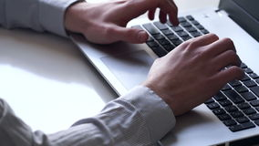 Primo piano delle mani e della tastiera Impiegato che lavora al computer portatile stock footage