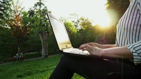 Primo piano delle mani femminili che scrivono sul computer di uso del computer portatile, dello studente o della donna di affari archivi video