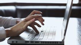 Primo piano delle mani femminili che scrivono sul computer portatile, progetto importante di affari, lavoro stock footage
