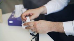 Primo piano delle mani maschii che si muovono tenendo tessuto che esprime ansia e depressione archivi video