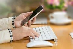 Primo piano delle mani moderne della donna di affari facendo uso dello Smart Phone Immagine Stock