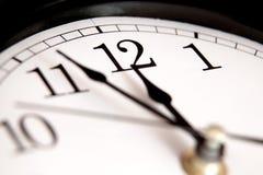 Primo piano delle mani sull'orologio Fotografia Stock