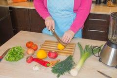 Primo piano delle mani umane che cucinano alimento, insalata delle verdure Preparazione del pasto fresco nella cucina Fotografia Stock Libera da Diritti