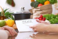Primo piano delle mani umane che cucinano nella cucina Le donne discutono un menu Pasto sano, alimento vegetariano e concetto di  immagini stock libere da diritti