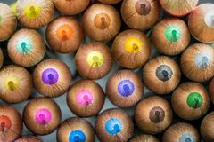 Primo piano delle matite colorate che indicano in avanti Fotografia Stock