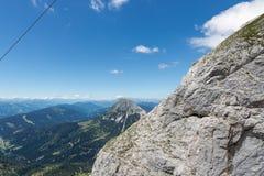 Primo piano delle montagne di Dachstein dell'austriaco con chiaro cielo blu Immagine Stock Libera da Diritti