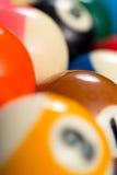 Primo piano delle palle di stagno sul biliardo blu Fotografia Stock