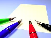 Primo piano delle penne di fontana su un foglio di carta Immagine Stock Libera da Diritti