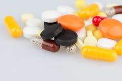 Primo piano delle pillole sulla tavola medica Fotografia Stock
