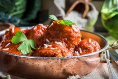 Primo piano delle polpette in salsa al pomodoro Immagini Stock