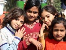 Primo piano delle ragazze povere da bassifondi di Nuova Delhi Immagini Stock