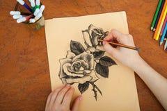 Primo piano delle rose del disegno allo scrittorio Fotografia Stock Libera da Diritti