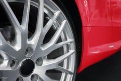 Primo piano delle ruote su ordinazione su un'automobile sportiva del lusso Immagine Stock