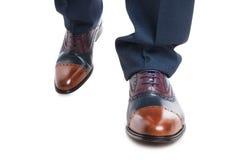 Primo piano delle scarpe del progettista dell'uomo nella posizione di camminata Fotografia Stock
