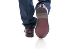 Primo piano delle scarpe dell'uomo da dietro nella posizione di camminata Immagini Stock Libere da Diritti