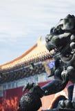 Primo piano delle sculture sul tetto della pagoda, giorno Immagine Stock Libera da Diritti