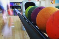 Primo piano delle sfere di bowling colorate fotografie stock libere da diritti