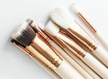 Primo piano delle spazzole di trucco su fondo bianco Fotografia Stock