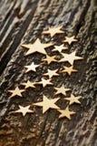 Primo piano delle stelle di legno sulla corteccia di albero Fotografia Stock