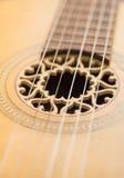 Primo piano delle stringhe sulla vecchia chitarra acustica Fotografia Stock