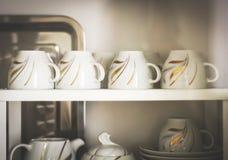 Primo piano delle tazze di caffè decorate bianche Immagine Stock